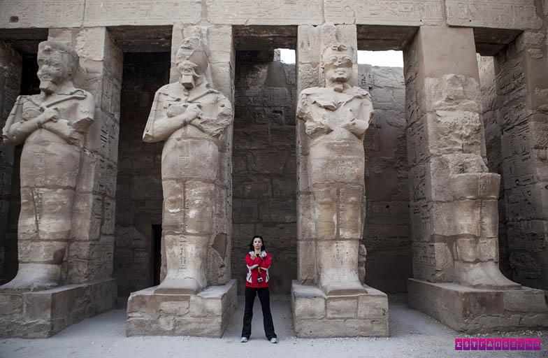 Fazendo uma gracinha no Templo de Karnak, em Luxor.