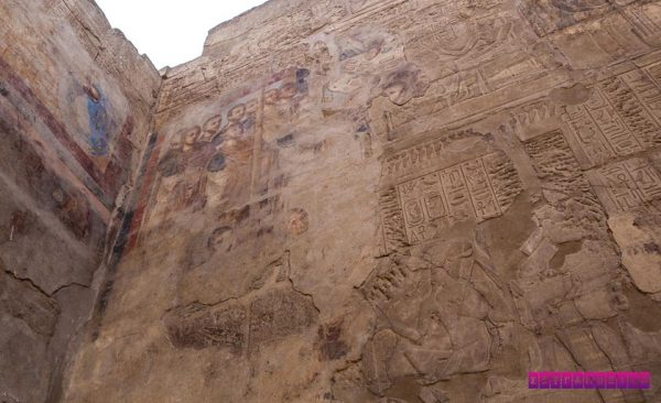 Pintura católica misturada aos hieróglifos no templo de Luxor.