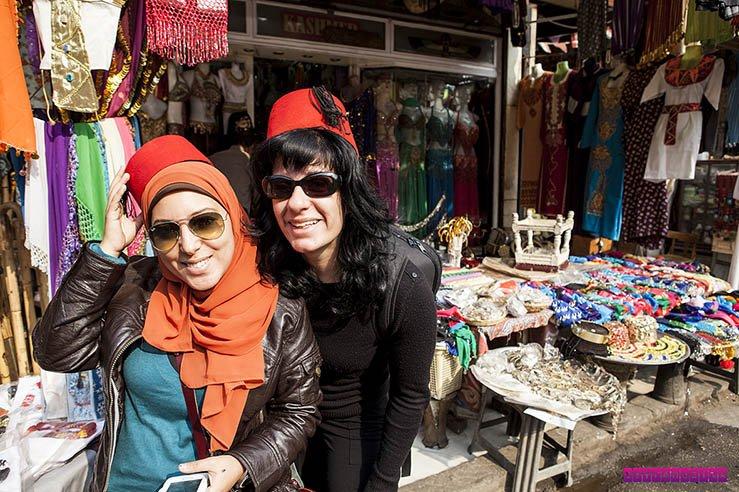 Nossa guia Samar e Fabia no mercado El Kalili, no Cairo.