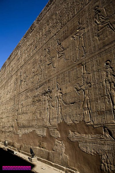 Hieróglifos do templo de Edfu, no Egito.