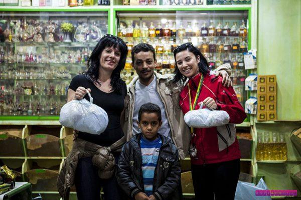 Compramos muitos temperos nessa loja, em Aswan. O vendedor foi super simpático, fez temperos misturados pra nós, deu desconto... E quis tirar essa foto!