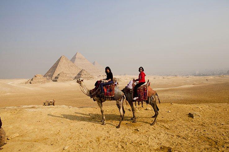 Em nossos camelos com as maravilhosas pirâmides do Egito ao fundo!
