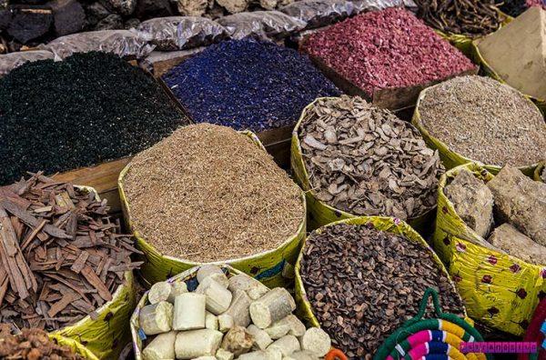 Temperos e especiarias no mercado de rua de Aswan