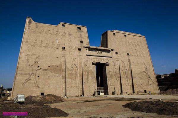O grandioso templo de Edfu, no Egito.
