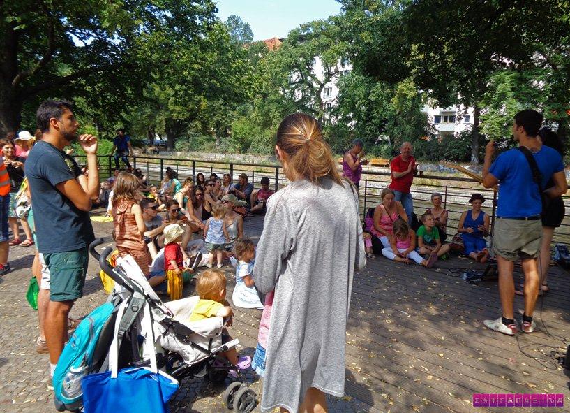 Pessoas assistem músicos de rua no Maybachufer ou mercado turco
