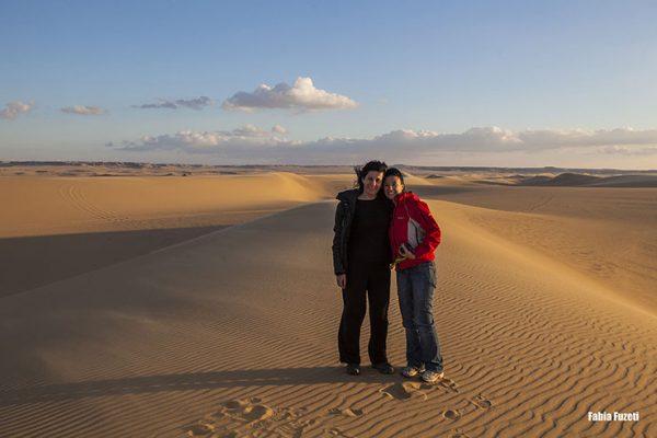 As estrangeiras Gabi e Fabia nas dunas do Western Desert, Egito.