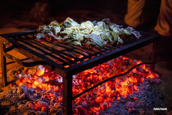 A comida dos beduínos é maravilhosa! Na janta, churrasco de frango feito na fogueira, bem no meio do deserto!