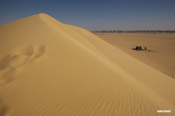 Lá embaixo vocês vem nosso acampamento para a noite no deserto do Egito