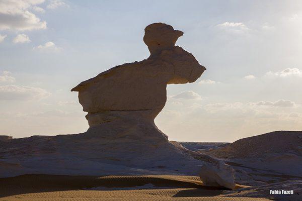 Pedra em formato de coelho! É parada obrigatório pra quem faz tour no deserto - Egito.