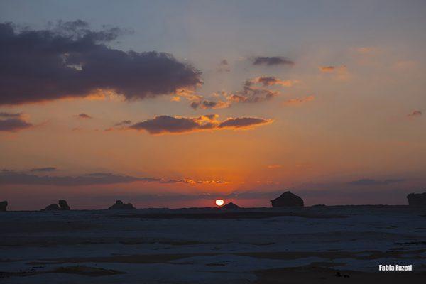 Pôr do sol maravilhoso no Wester Desert, Egito.