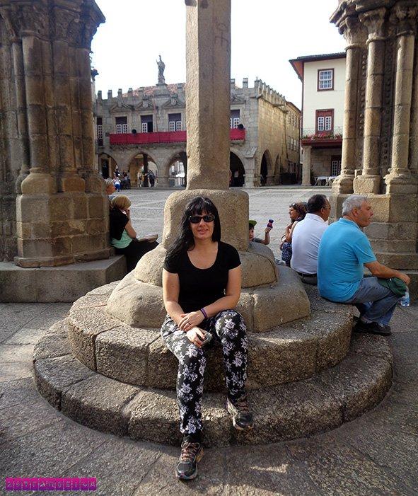 A estrangeira Fabia no Largo da Oliveira descansando um pouco depois do sobe e desce pelas vielas.