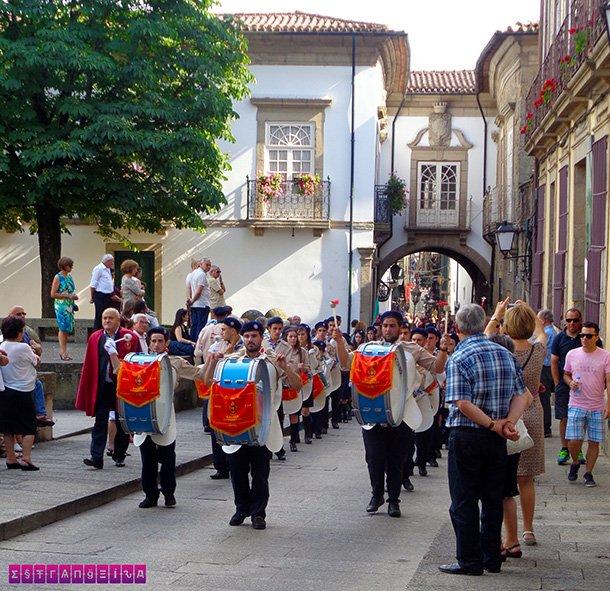 Banda toca em procissão pelas ruas de Guimarães.
