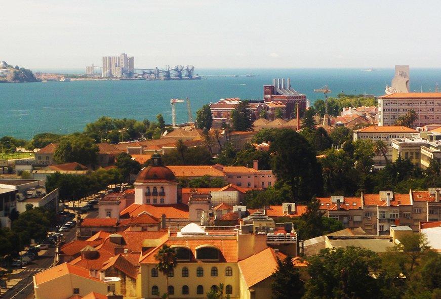 A caminho da Costa, prestes a atravessar o Tejo, a vista é fantástica: dá pra ver a foz, o Padrão dos Descobrimentos e a Torre de Belém