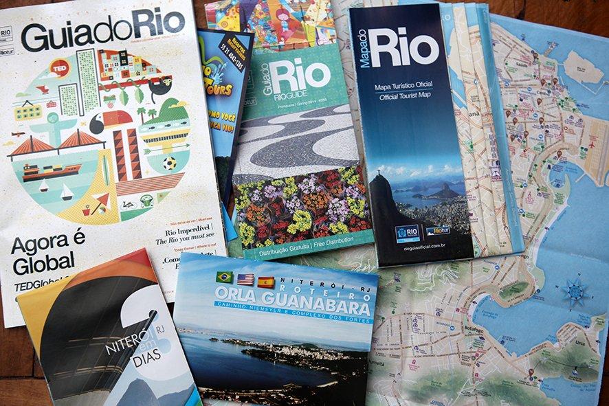 Material gratuito oferecido nos quiosques de informação turística