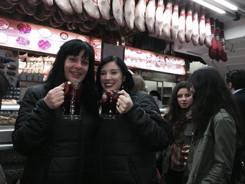 Tomando sangrias no Museu do Jamon, Madrid
