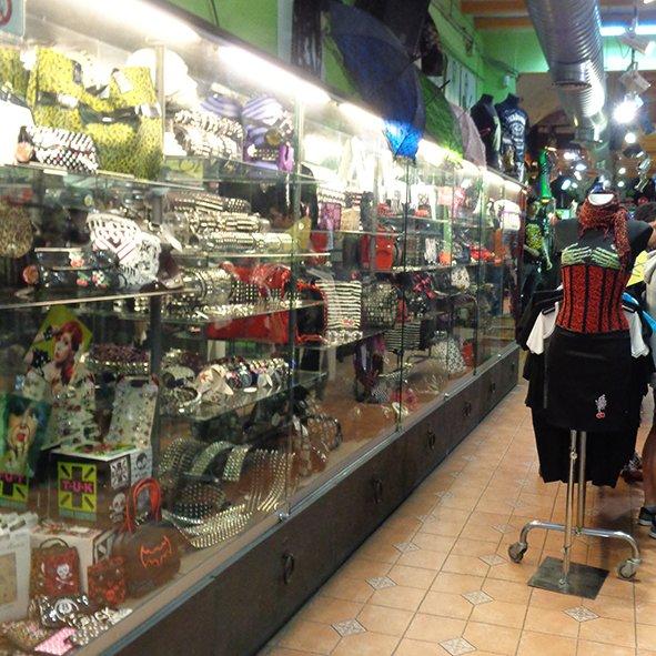 A Camden é provavelmente é a maior loja da rua, com muitas opções de roupas, acessórios. tinta de cabelo New Directions, muitos modelos de lentes de contato de efeito. Tem também bonecas Living Dead Dolls e outros brinquedos legais. No fundo da loja tem uma parte rasta.
