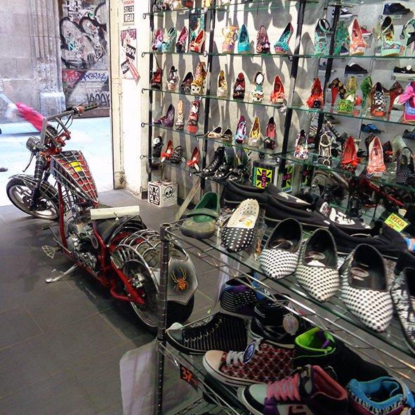 A Camden Shoes tem uma coleção ultra completa de sapatos da New Rock. Chamou a atenção os sapatos peepe toe da Iron Fist. Um mais lindo que o outro.