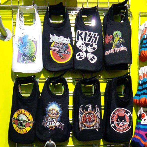 Na Camden Kids tem roupas para os futuros rockers. Desde bebês até os mais crescidinhos. Nunca vi tanta variedade de macacões e camisetas. Esses babadores quase me fizeram querer engravidar imediatamente. As chupetas eram sensacionais. O site da loja é http://www.camdenpetits.com/