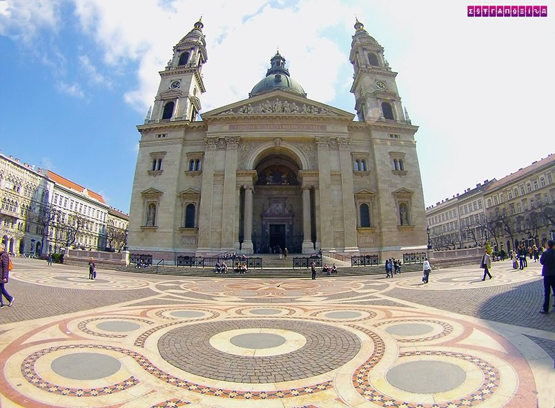 Basílica de São Estevão e o maravilho chão da praça.