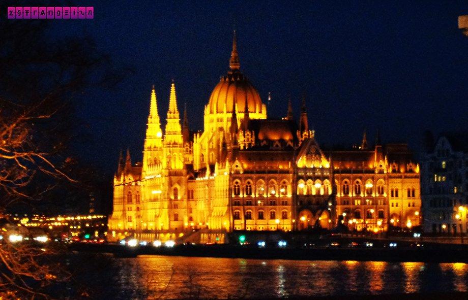 Parlamento húngaro à noite