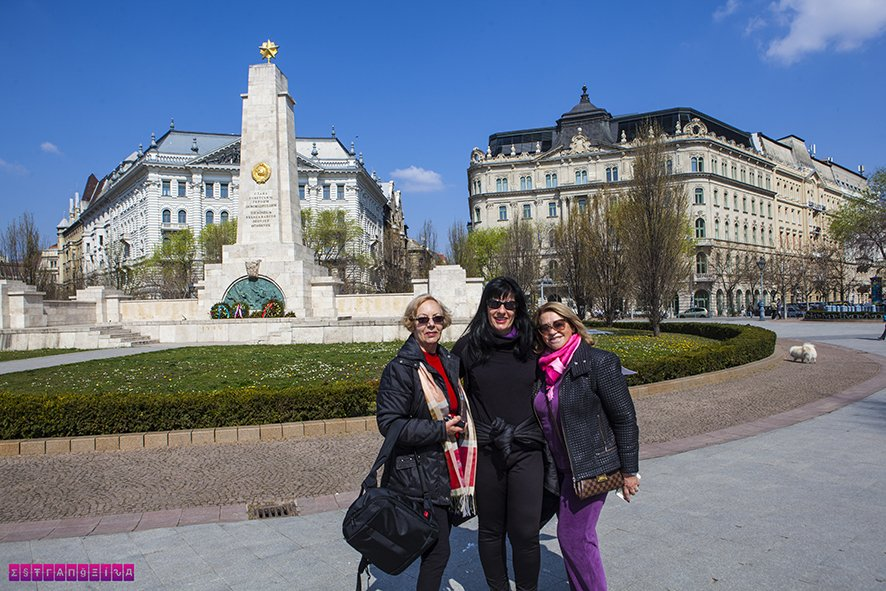 A estrangeira Fabia com a mãe e a tia na praça Szabadság