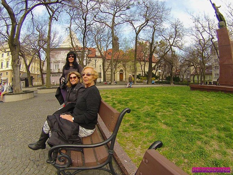 A estrangeira Fabia com a mãe e a tia