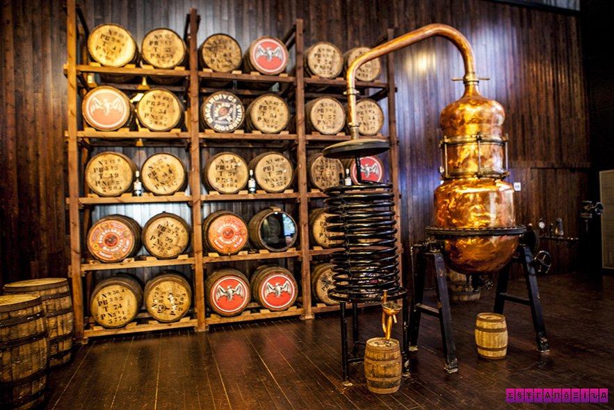 Barris e destilador na Casa Bacardí