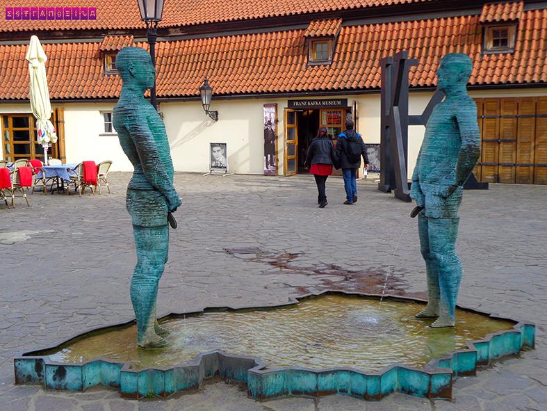 Escultura legal em frente ao Museu Kafka