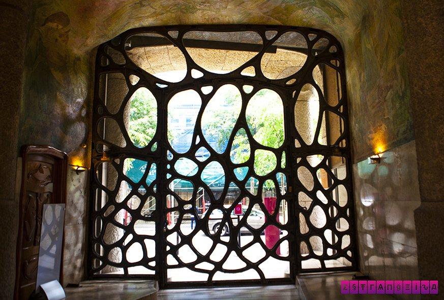 la-pedrera-barcelona-gaudi-porta