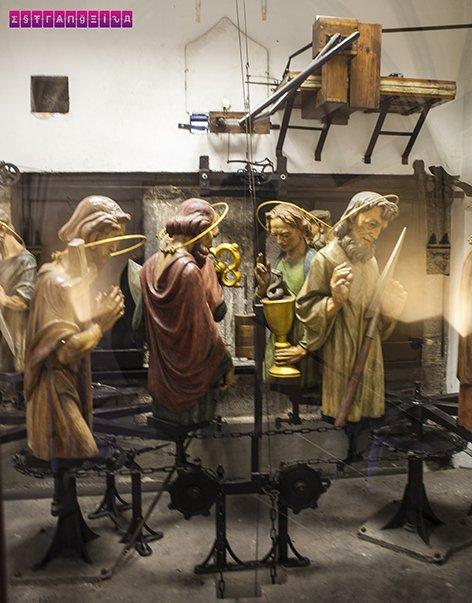 Os apóstolos que aparecem no relógio astronômico entre as 9h e as 23h
