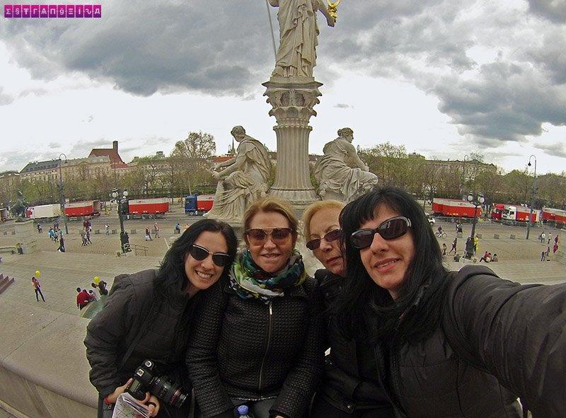 As estrangeiras com a mãe e a tia da Fabia na frente da fonte do Parlamento de Viena