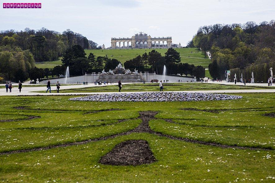 Jardins do Palácio de Schonbrunn com a Glorietta ao fundo