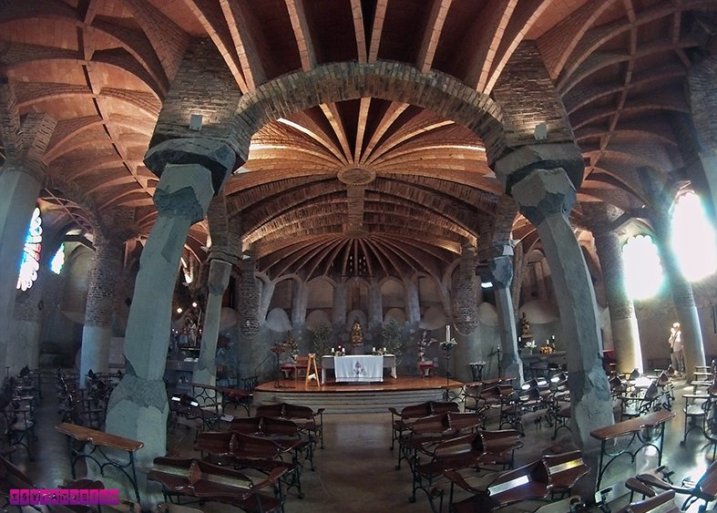 colonia-guell-cripta-gaudi-barcelona-igreja