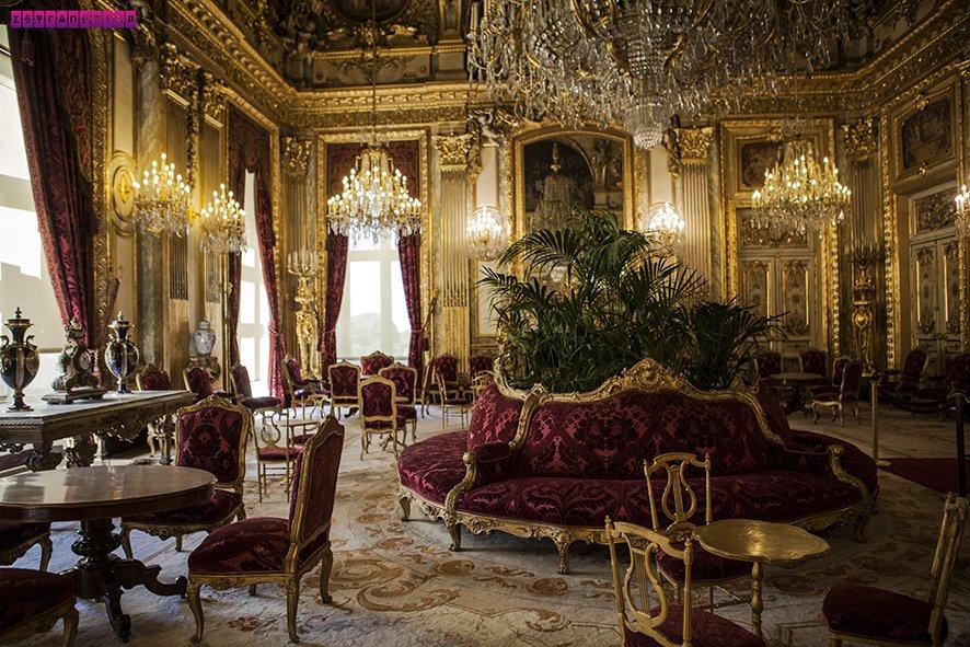 Todo o luxo do apartamento de Napoleão, que fica dentro do Museu do Louvre.