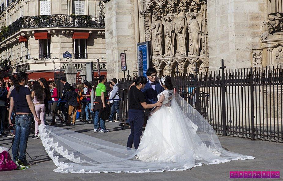 Virou mania fazer fotos nupciais em Paris. Sempre os asiáticos!
