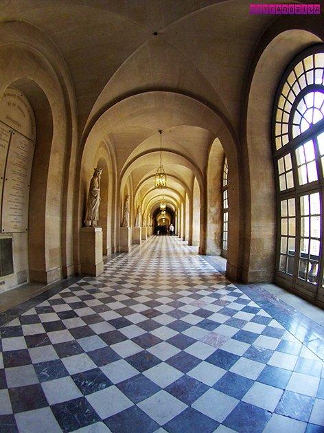 Dentro do Palácio de Versailles! Não se engane, essa é uma área isolada... Por isso a multidão não aparece na foto, rs.