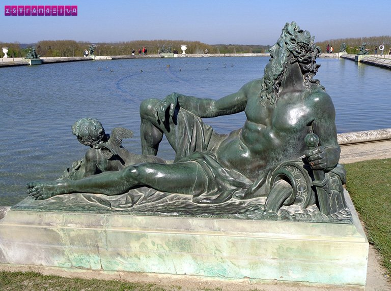 Escultura divando nos Jardins de Versailles
