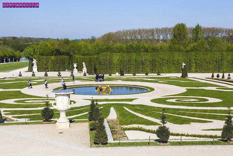 Repare nos desenhos que se formam pelo chão pelos Jardins de Versailles.