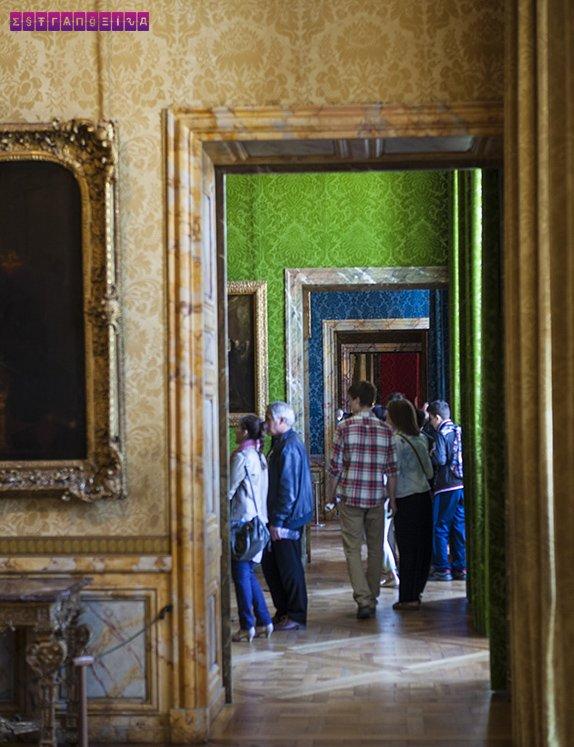 Paredes forradas e coloridas do interior do Palácio de Versailles
