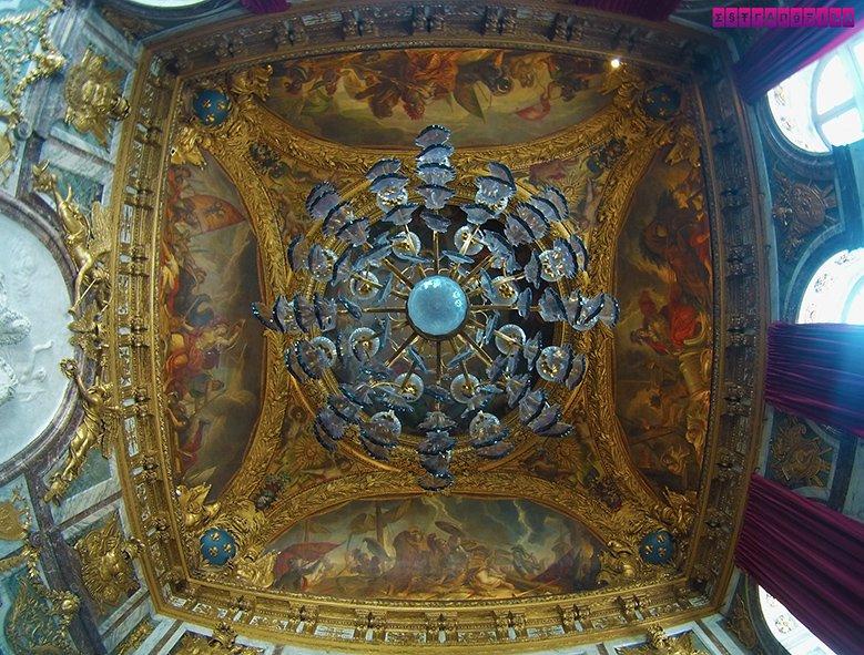 Olha esse detalhe simétrico do teto de uma das salas do Palácio de Versailles...