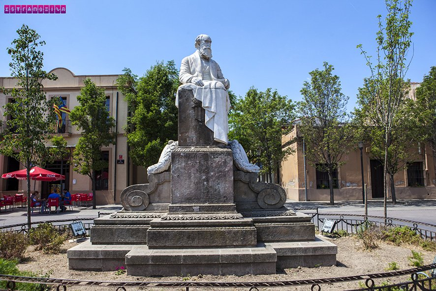 Estátua do Conde Güell, o mecenas que financiou toda essa maravilha da Colônia Güell.