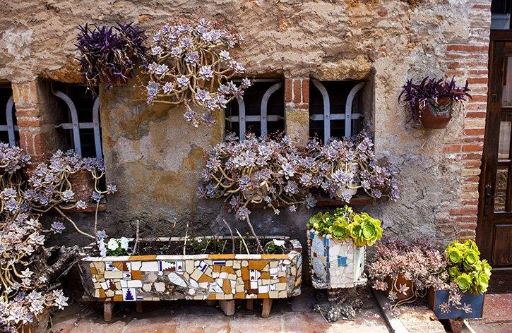colonia-guell-cripta-gaudi-barcelona-flores