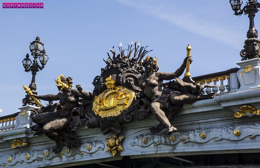 Durante o passseio de barco no Rio Sena você passa pelas pontes e pode admirar os detalhes.
