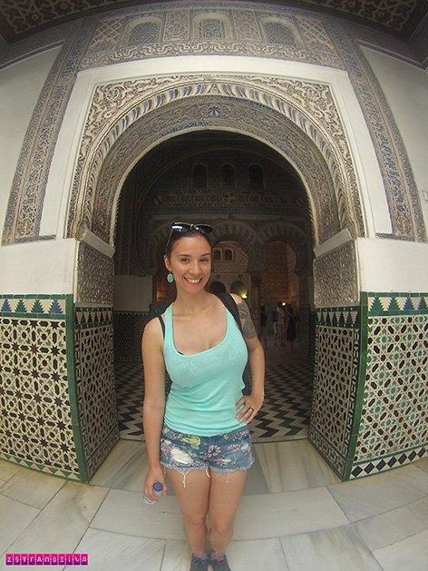 A estrangeira Gabi emoldurada por uma das belas portas mudéjar