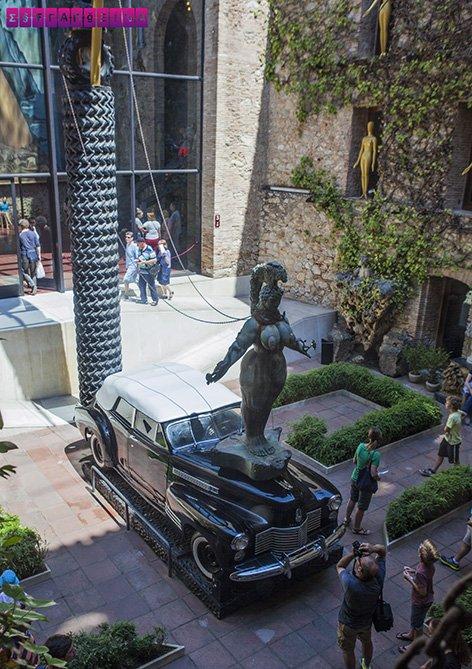 museu-dali-figueres-patio-carro