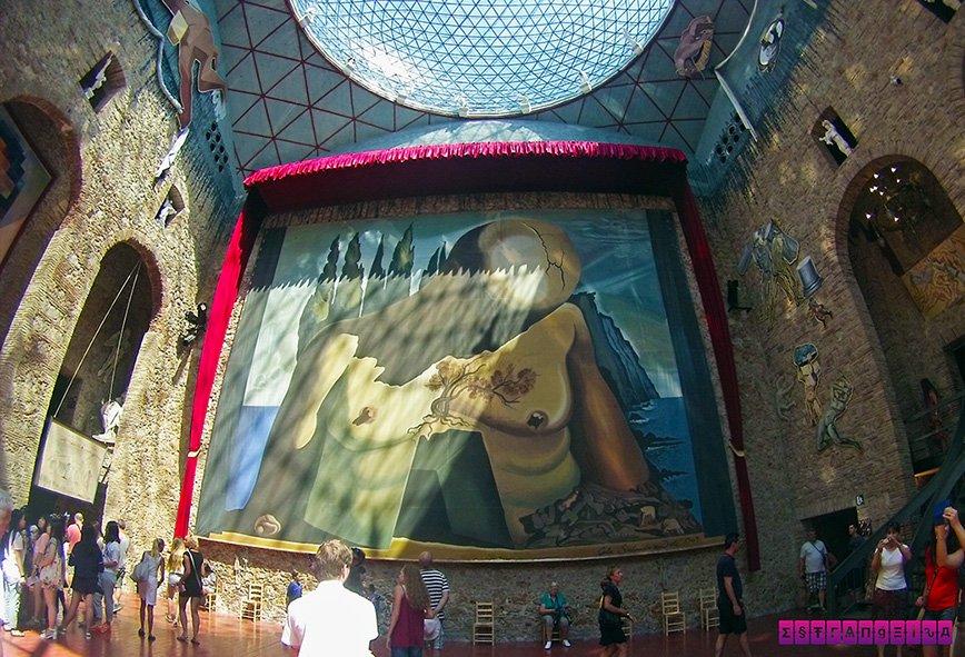 Pintura gigante no salão principal do do Museu Dalí. Veja o tamanho das pessoas para você ter uma ideia do tamanho!
