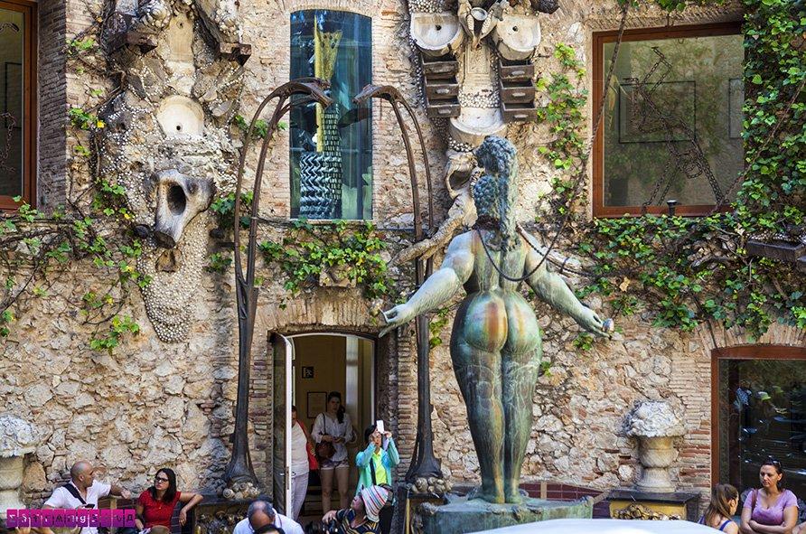museu-dali-figueres-estatua