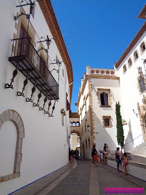 A rua que passa pelo Palau Marycel e leva à Igreja é a mais charmosa da cidade