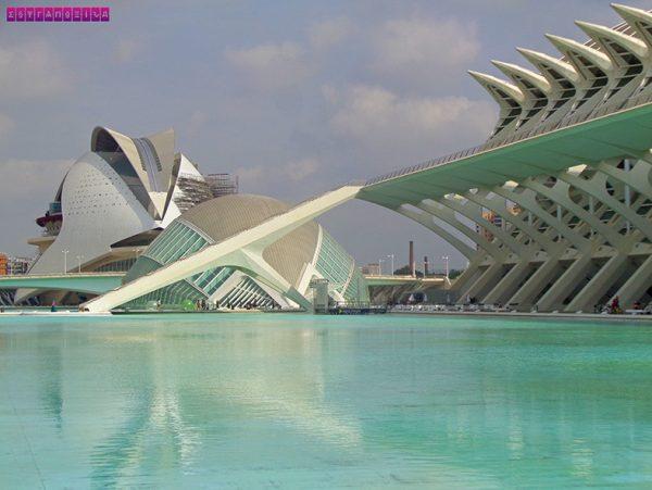 A Ciudad de las Artes y las Ciencias é um projeto dos arquitetos Santiago Calatrava e Félix Candela e é impressionante.