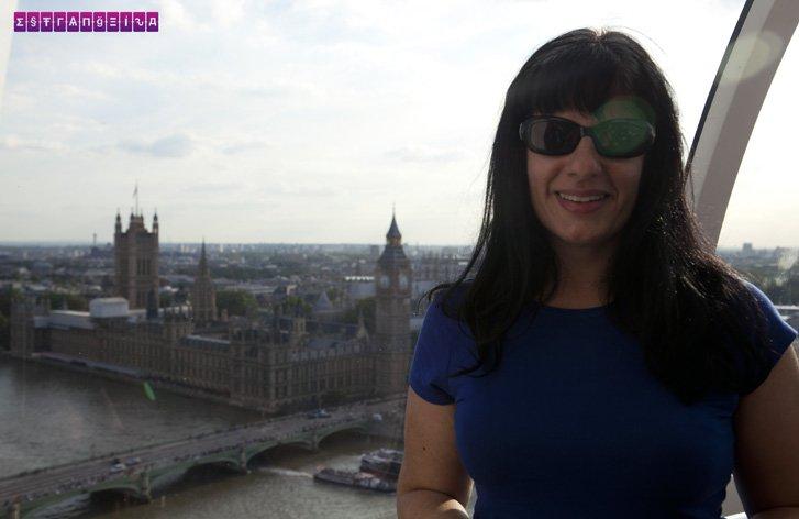 A estrangeira Fabia está dando uma volta na London Eye e lá atrás dela está o Big Ben. Quem não quer uma foto assim?